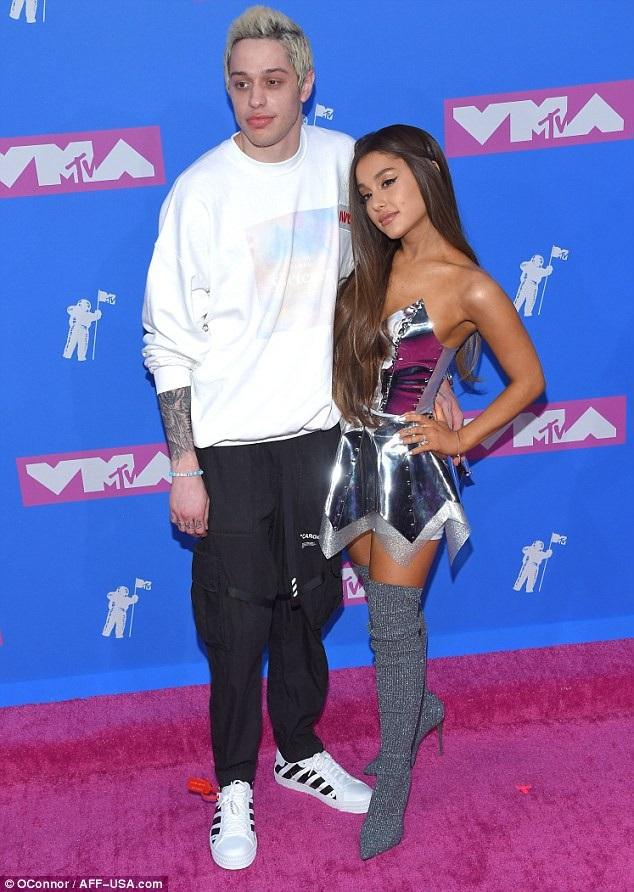 Ariana Grande và Pete Davidson tay trong tay tham dự lễ trao giải MTV VMAs 2018, ở New York, Mỹ ngày 21/8.