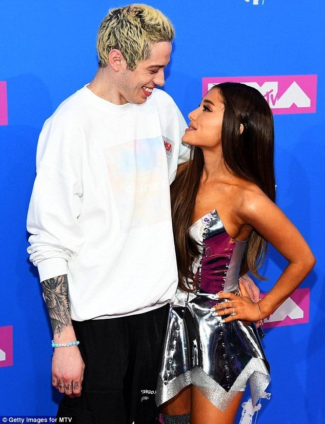 Ariana Grande quyến rũ sánh đôi cùng bạn trai - 7