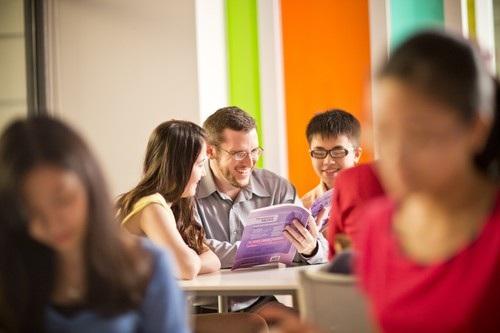 Đích đến của việc trau dồi tiếng Anh nói riêng hay ngoại ngữ nói chung không nên là số điểm đạt được trong một kỳ thi mà phải là khả năng ứng dụng hiệu quả ngôn ngữ đó trong môi trường mới.