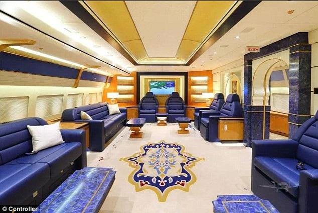 Chuyên cơ của gia đình Hoàng gia Qatar được cải tiến từ chiếc Boeing 747-8. Để gia tăng không gian cho hệ thống nội thất sang trọng, Hoàng gia Qatar đã cho gỡ hầu hết 467 ghế của máy bay ban đầu, thay vào đó là phòng ăn rộng lớn, phòng ngủ, phòng chờ, phòng khám bệnh, khoảng 10 nhà vệ sinh. Sau khi cải tiến, chuyên cơ này chở được tối đa 76 hành khách và 18 thành viên phi hành đoàn.