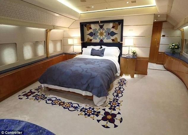 Phòng ngủ được trang bị giường đôi và ốp gỗ xung quanh tạo cảm giác ấm cúng.
