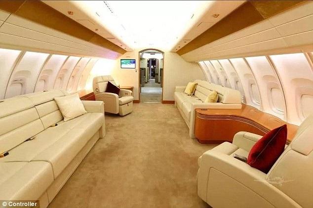 Máy bay của Hoàng gia Qatar hiện đã bay được 403,2 giờ. Phong cách nội thất bên trong máy bay là màu xanh dương, trắng và vàng. Trong ảnh: Một trong những căn phòng chờ với ghế bọc da. Các ghế đều được trang bị dây an toàn, trong trường hợp máy bay bị rung lắc khi đi vào vùng thời tiết xấu.