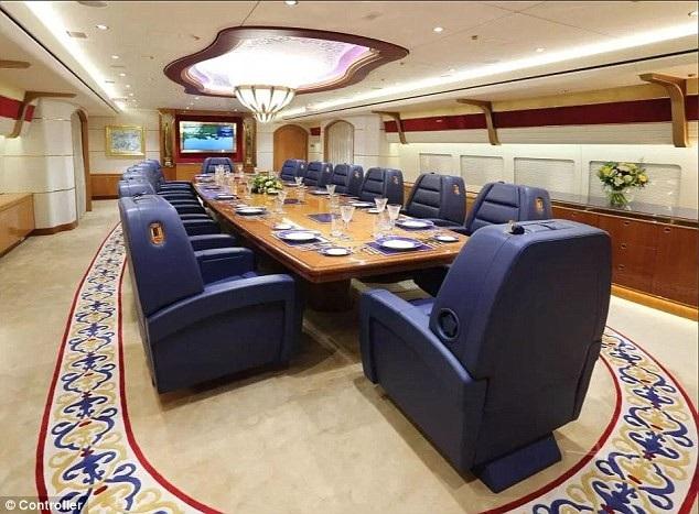 Nội thất phòng ăn với 14 chiếc ghế bọc da và phong cách phối màu trắng, vàng, xanh mang lại cảm giác sang trọng, đẳng cấp.