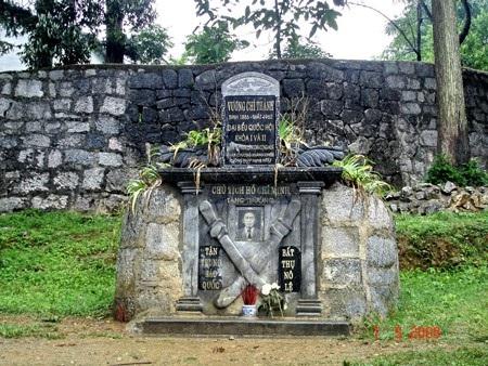 Khu mộ Vua Mèo Vương Chí Sình (hay Vương Chí Thành, tên do Bác Hồ đặt cho người anh em kết nghĩa của mình) (Ảnh: Đinh Đức Cần).