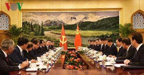 Ông Trần Quốc Vượng hội đàm với ông Vương Hộ Ninh, Uỷ viên Thường vụ Bộ Chính trị, Bí thư Ban Bí thư Trung ương Đảng Cộng sản Trung Quốc.