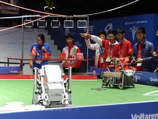 Robot Việt Nam (góc phải ảnh) gọn nhẹ, thể hiện tính năng cơ động. (Ảnh: Việt Hùng/Vietnam+)