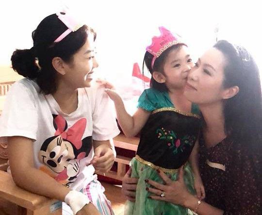 """Á hậu Trịnh Kim Chi chia sẻ cô khâm phục nghị lực của Mai Phương: """"Phương rất mạnh mẽ. Nhìn cô ấy cười tươi, không chút lo lắng hay sợ hãi chúng tôi cũng yên tâm phần nào""""."""