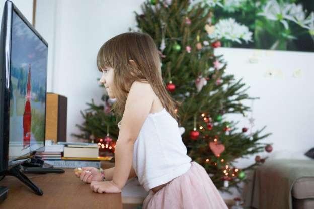 Những em bé ở tuổi chấp chững biết đi thích xem ti vi sẽ dễ có sức khỏe kém ở tuổi vị thành niên.