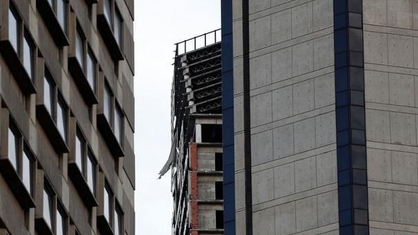 Tòa nhà 45 tầng ở Caracas bị nghiêng sau trận động đất. (Ảnh: Reuters)