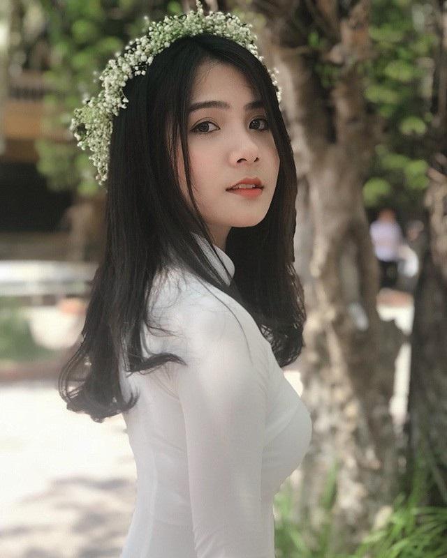 """Thu Giang có thân hình mảnh mai, nhỏ nhắn, khuôn mặt xinh xắn cùng nụ cười tỏa nắng. Giang cho biết, bản thân là một người """"mê"""" áo dài bởi Giang thích vẻ đẹp tự nhiên của con gái Việt, duyên dáng, nhẹ nhàng."""