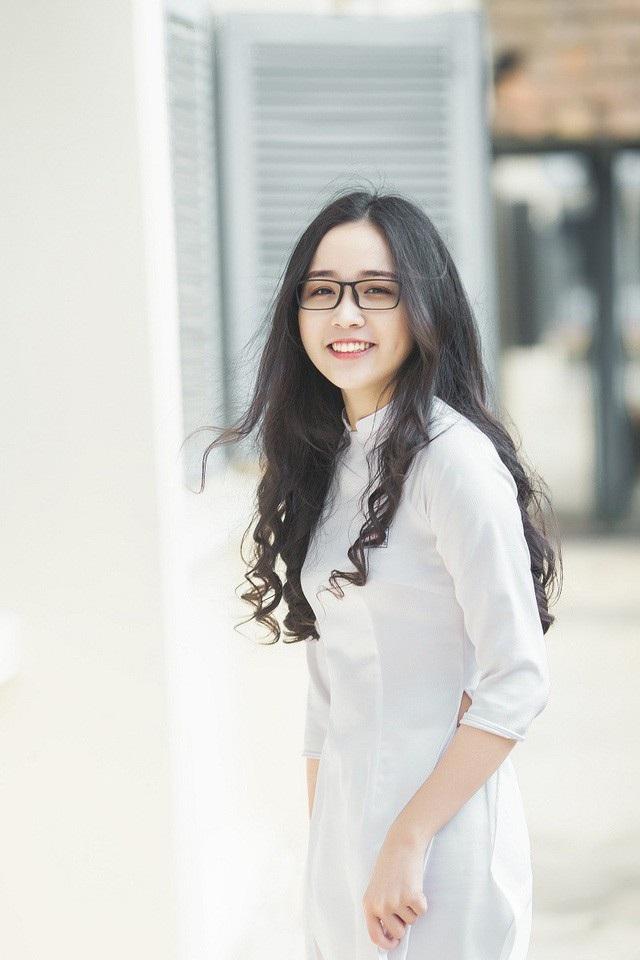 """Cô gái đến từ miền đất """"thủ phủ cà phê"""" Thảo Huyền cũng được cộng đồng mạng ưu ái gọi là """"thiên thần áo dài trắng"""" bởi gương mặt đẹp, làn da trắng hồng cùng mái tóc dài nữ tính."""