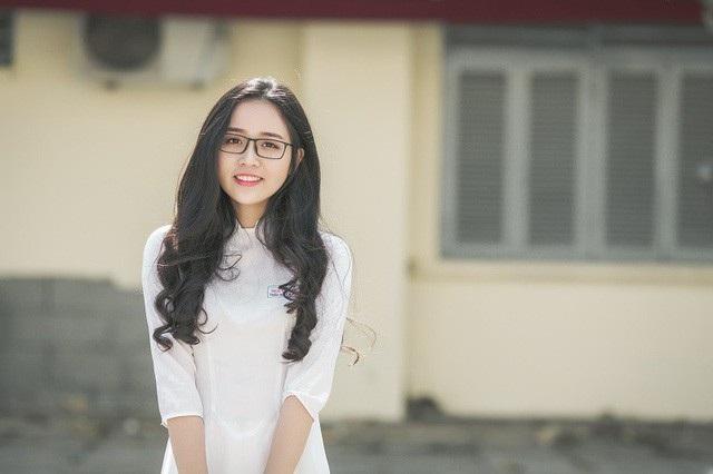 """Bên cạnh biệt danh """"thiên thần áo dài"""", Thảo Huyền còn được biết đến với tên gọi """"hot girl đeo kính"""" từng gây thương nhớ cho dân mạng trong nhiều bộ ảnh."""