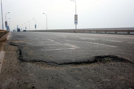Mặt cầu Thăng Long bị hư hỏng nặng