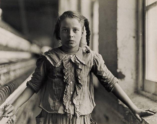 Một bé gái làm công việc quay tơ tại Nhà máy Sợi Carolina năm 1908.