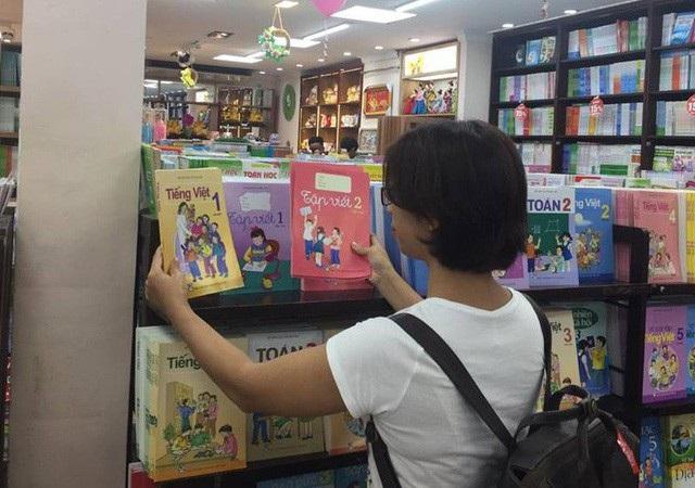 Phụ huynh chạy khắp nơi tìm mua sách giáo khoa