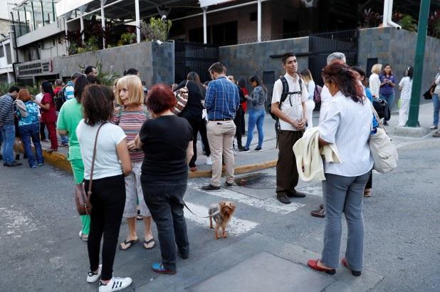 Người dân Caracas đổ ra đường sau trận động đất. (Ảnh: NYTimes)