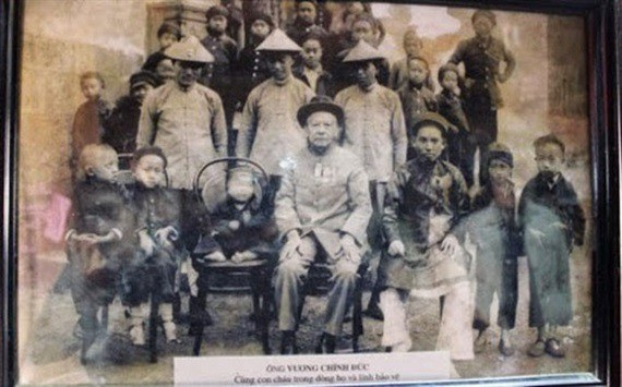 Ông Vương Chính Đức cùng các con cháu của mình (Ảnh: Gia đình ông Vương Duy Bảo cung cấp).