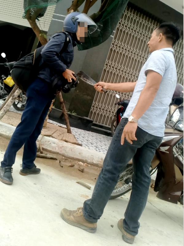 Ông Bình cầm dao dọa giết phóng viên Dũ Tuấn.