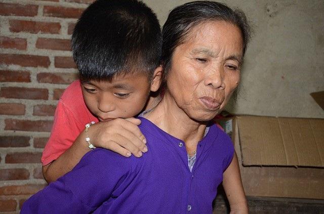 Mẹ già khóc lặng trước cảnh con tật nguyền, cháu bị hội chứng thận hư - 8