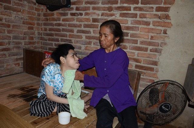 Suốt 35 năm nay một tay người mẹ già chăm sóc đứa con bất hạnh.