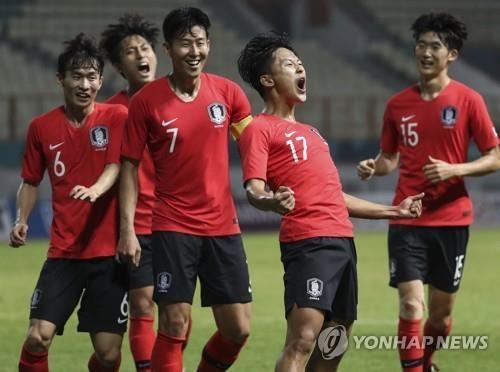 Các cầu thủ Olympic Hàn Quốc ăn mừng bàn thắng thứ hai, ảnh: Yonhap