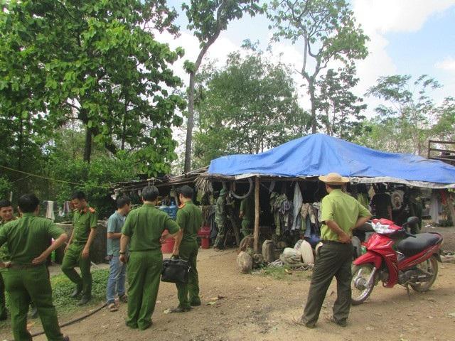 Cơ quan chức năng khám xét lán trại cùa trùm gỗ lậu Phượng râu nằm sát biên giới
