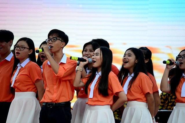 Các trường ở TPHCM sẽ không được báo cáo thành tích trong lễ khai giảng. Trong ảnh: Học sinh Trường THPT chuyên Lê Hồng Phong (TPHCM) trong lễ khai giảng năm học 2017-2018. (Ảnh: Nguyễn Quang)