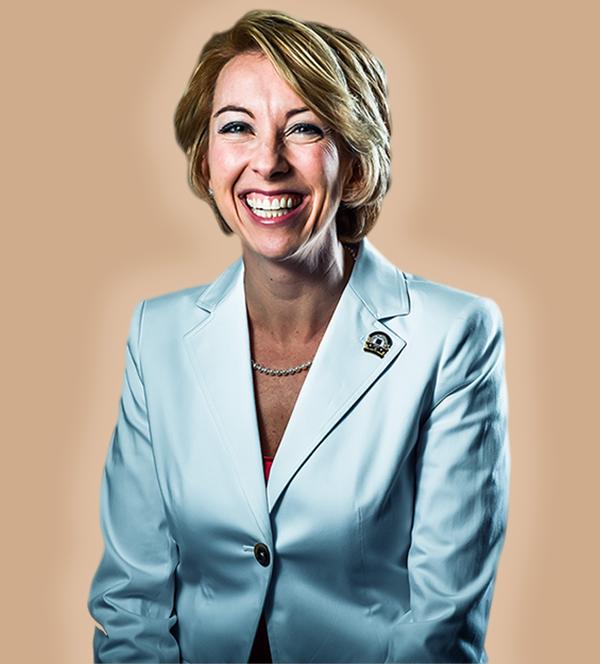 Bà Leigh Brown là Chủ tịch Quốc gia năm 2017 của Hội đồng Bất động sản Nhà ở Mỹ (CRS) và là chuyên gia đào tạo uy tín trong lĩnh vực bất động sản.