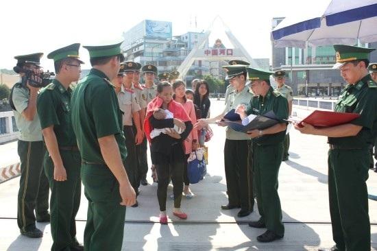 Lực lượng chức năng tại cửa khẩu tiếp nhận nhiều nạn nhân bị lừa bán sang Trung Quốc trở về nước