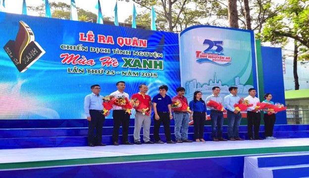 """Sau gần một tháng triển khai, các """"chiến sĩ"""" áo đỏ VinMart & VinMart+ cùng bạn trẻ Thanh niên tình nguyện đã có mặt tại hơn 11 quận huyện Hà Nội, 12 quận TP.HCM và 10 tỉnh thành trên toàn quốc, triển khai hàng loạt các hoạt động có ý nghĩa lớn cho cộng đồng."""