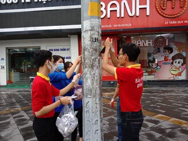 Hàng nghìn chiến sĩ áo đỏ đã hoà vào sắc xanh tình nguyện toả đi khắp các tuyến phố chung tay làm đẹp, xây dựng nếp sống văn minh đô thị.