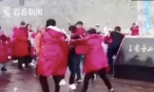 Nhóm khách Trung Quốc xông vào ẩu đả chỉ để giành nhau chỗ chụp hình đẹp trên núi tuyết