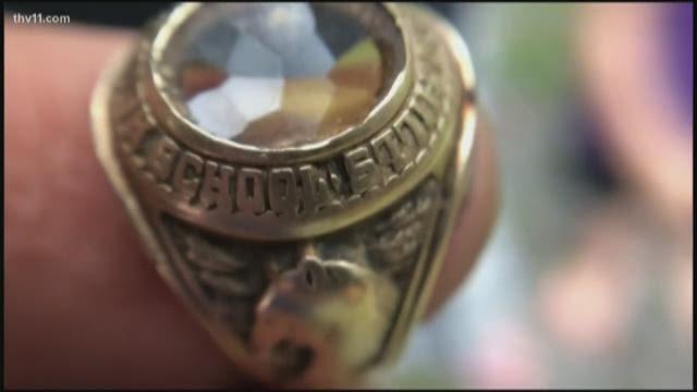 Chiếc nhẫn 10 karat mà bé Joshua đào được. (Nguồn: THV11)