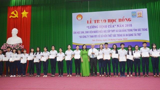 Trao học bổng cho học sinh, sinh viên khó khăn của tỉnh Sóc Trăng.