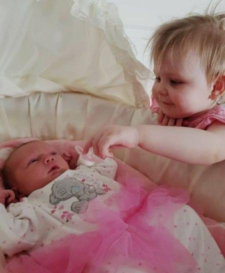 Desirae chụp ảnh cùng chị gái Isabella