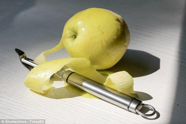 Ăn táo bỏ vỏ không tốt bằng ăn cả vỏ.