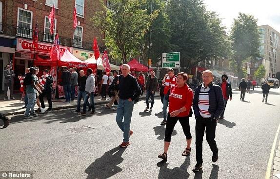 Các cổ động viên Arsenal tới sân xem trận đấu ở vòng 3 Premier League