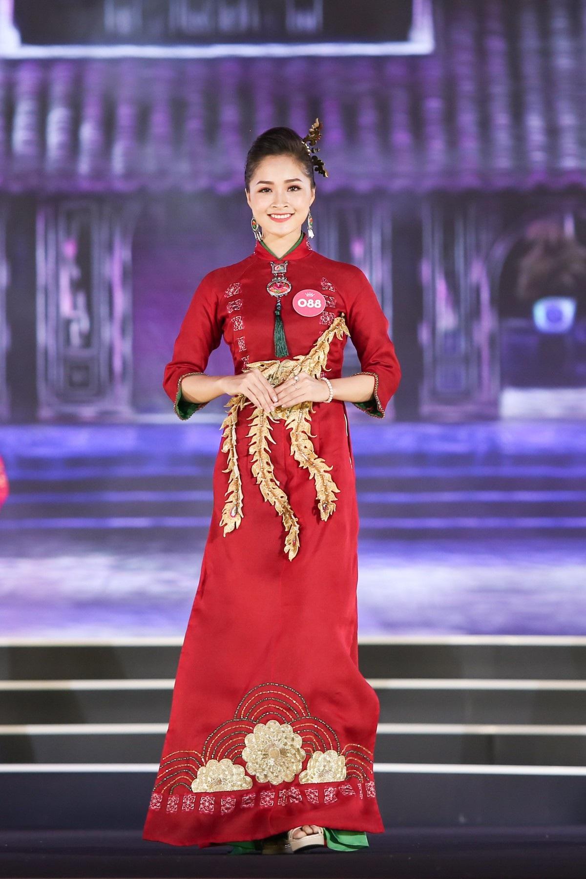 """Hoa hậu Bùi Bích Phương diện đầm trễ ngực, """"át"""" cả sự gợi cảm của đàn em - Ảnh 11."""