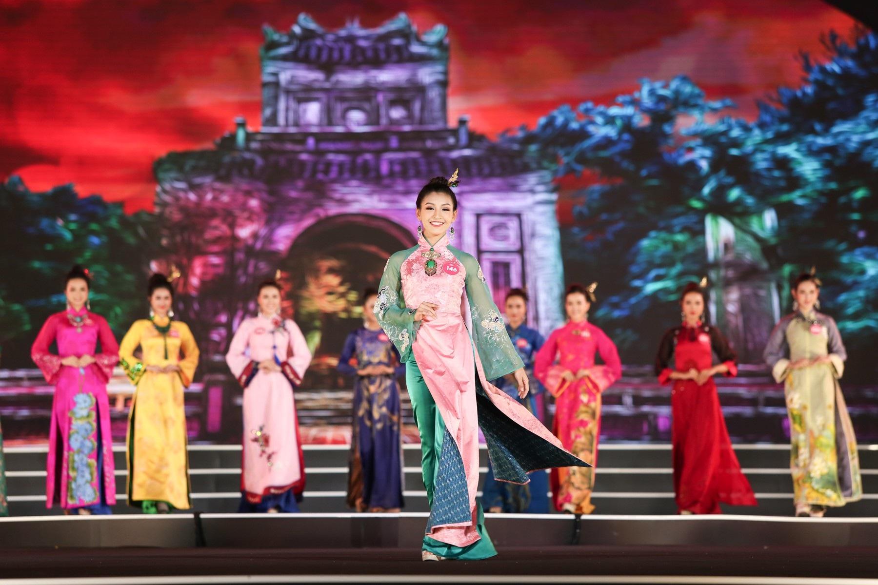 """Hoa hậu Bùi Bích Phương diện đầm trễ ngực, """"át"""" cả sự gợi cảm của đàn em - Ảnh 8."""