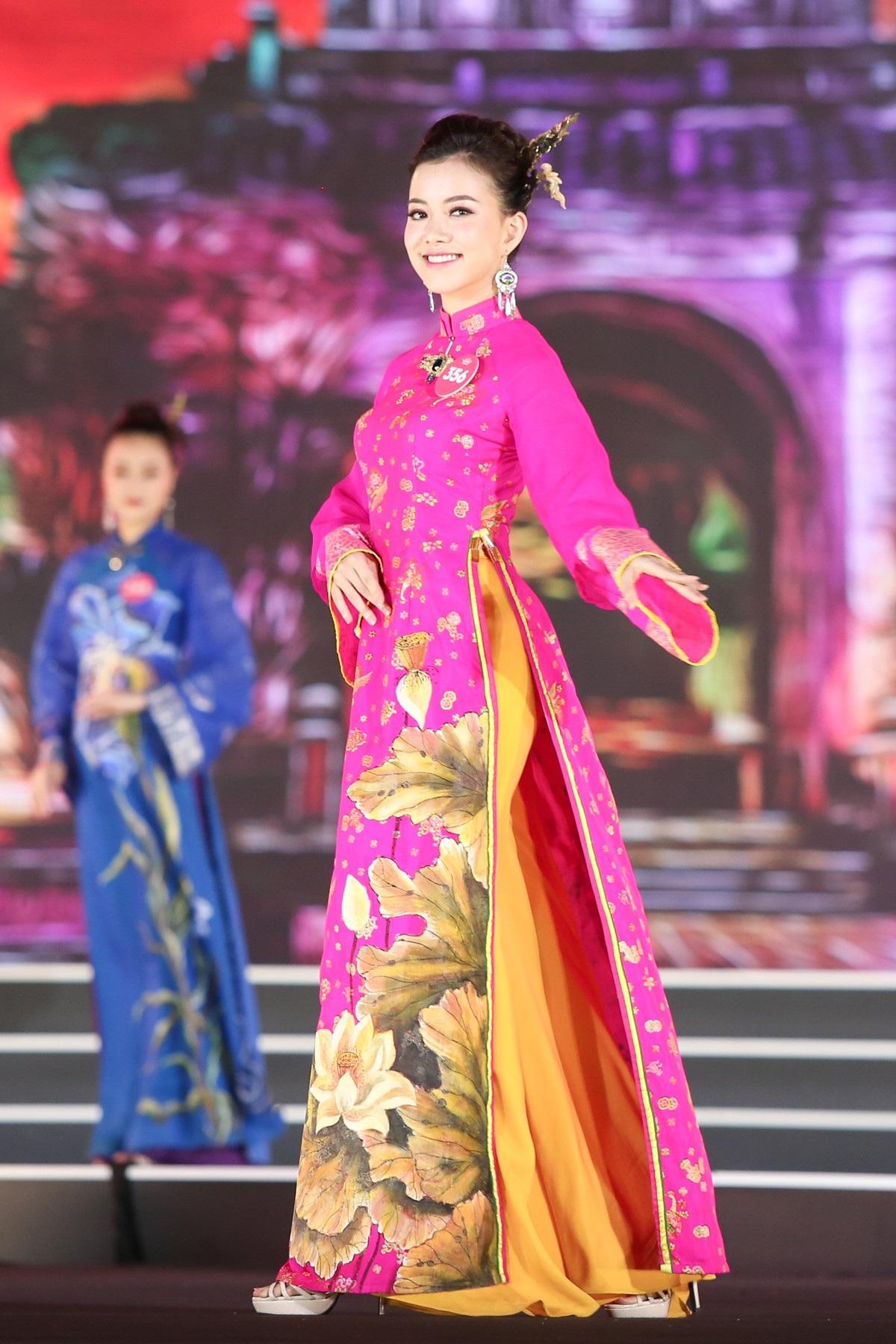 """Hoa hậu Bùi Bích Phương diện đầm trễ ngực, """"át"""" cả sự gợi cảm của đàn em - Ảnh 10."""