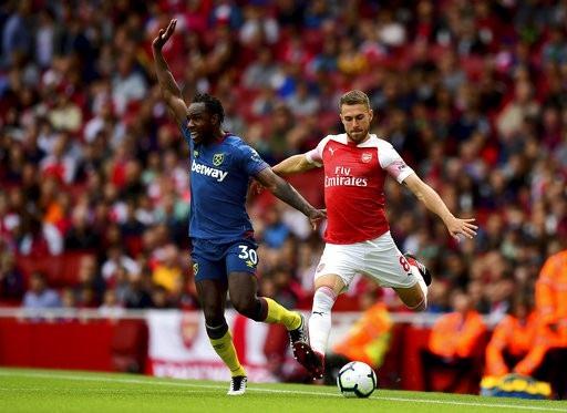 Ramsey (phải) trở lại đội hình xuất phát của Arsenal