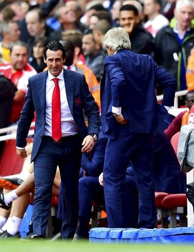 Emery tươi cười chỉ đạo học trò thi đấu trong trận Arsenal tiếp West Ham