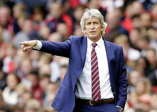 Pellerini chỉ đạo các cầu thủ West Ham thi đấu