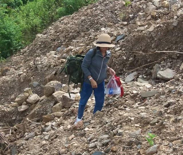Vai mang ba lô, nữ giáo viên vượt qua những mái đồi trơ sỏi đá để đến trường sau ngày lũ