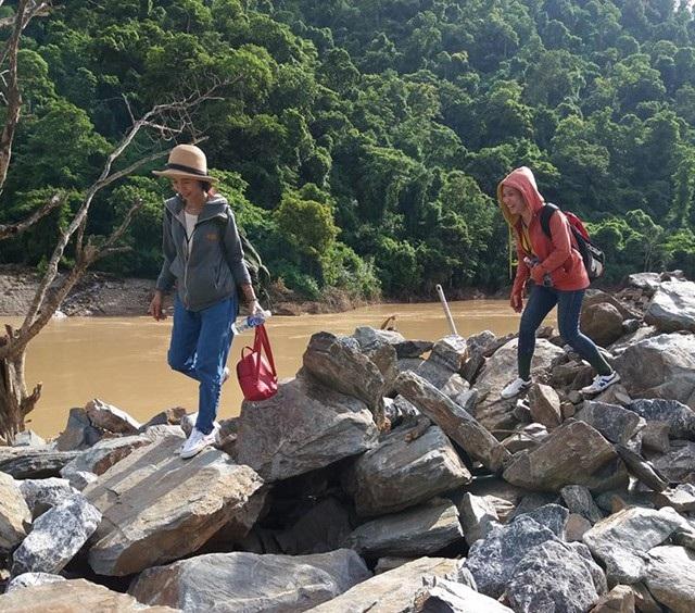 Sau lũ, con đường biến mất, chỉ sót lại những tảng đá chênh vênh bên bờ suối
