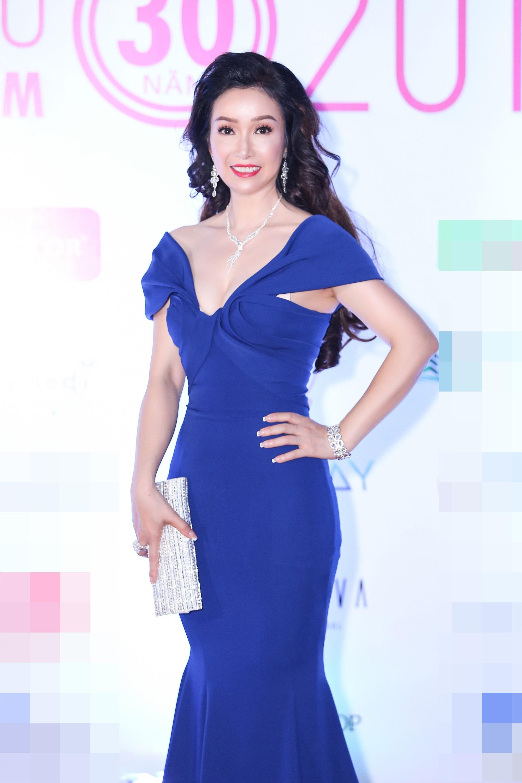 """Hoa hậu Bùi Bích Phương diện đầm trễ ngực, """"át"""" cả sự gợi cảm của đàn em - Ảnh 1."""