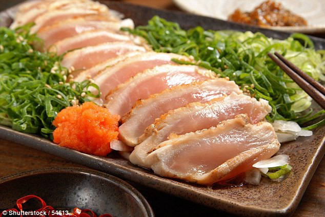 Sashimi gà là một món sushi trong đó các lát gà chỉ được nướng qua các cạnh chứ không chín, do đó  nó mang nguy cơ truyền ký sinh trùng, như trong trường hợp của người đàn ông Nhật Bản này