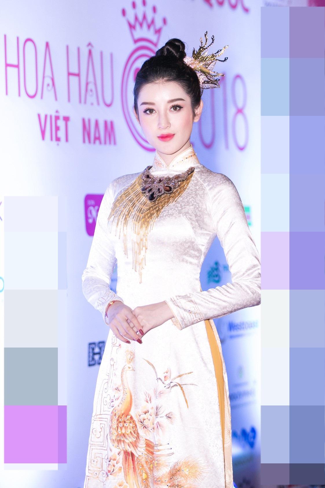 """Hoa hậu Bùi Bích Phương diện đầm trễ ngực, """"át"""" cả sự gợi cảm của đàn em - Ảnh 5."""