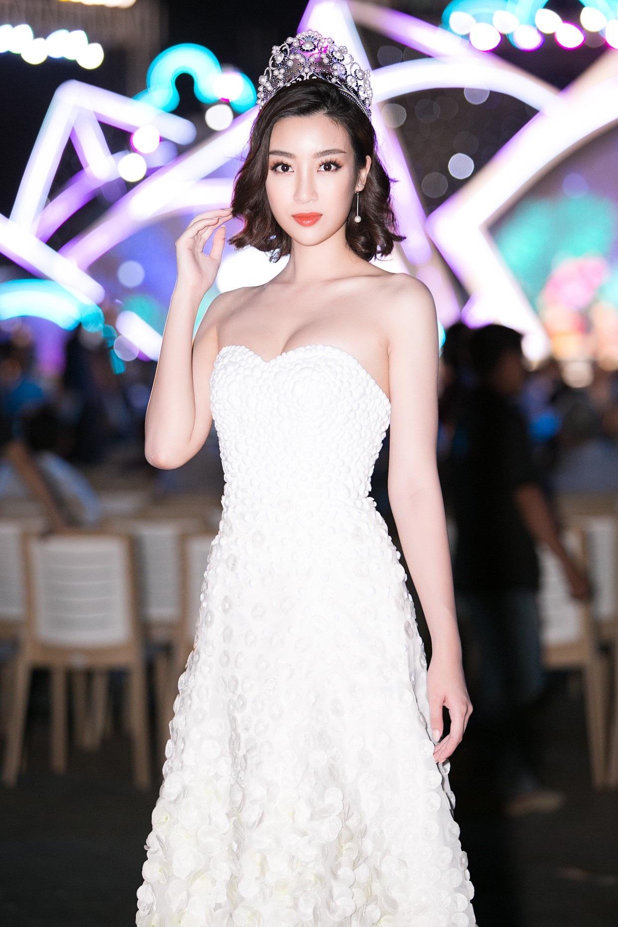 """Hoa hậu Bùi Bích Phương diện đầm trễ ngực, """"át"""" cả sự gợi cảm của đàn em - Ảnh 4."""
