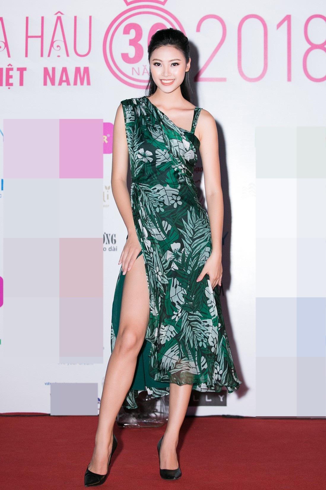 """Hoa hậu Bùi Bích Phương diện đầm trễ ngực, """"át"""" cả sự gợi cảm của đàn em - Ảnh 6."""